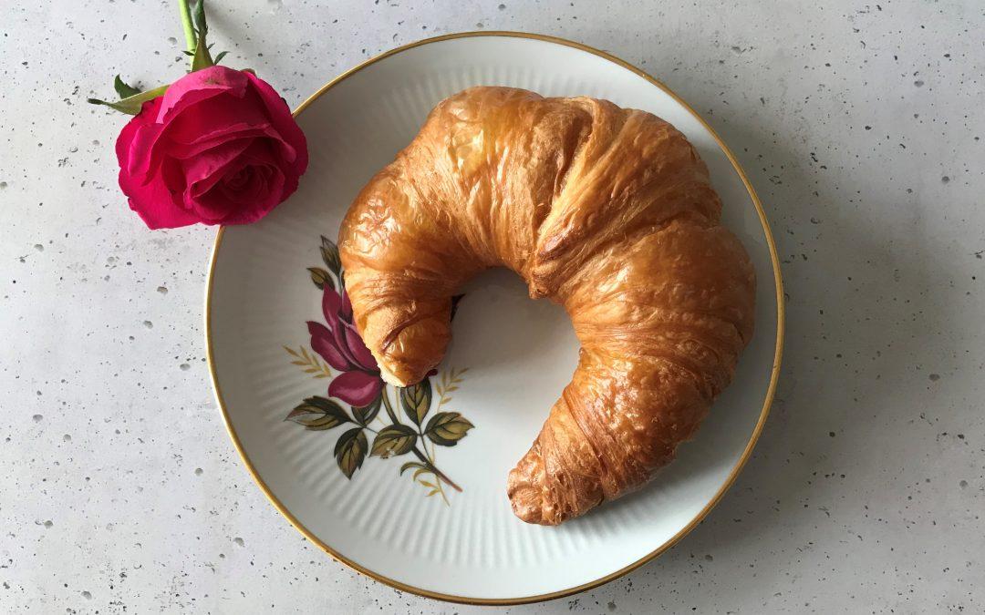 Ein Croissant zum Frühstück in Paris