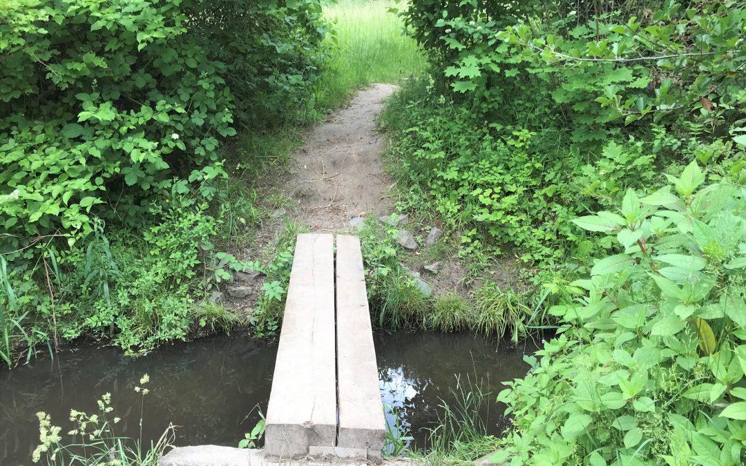 Über die kleine Holzbrücke